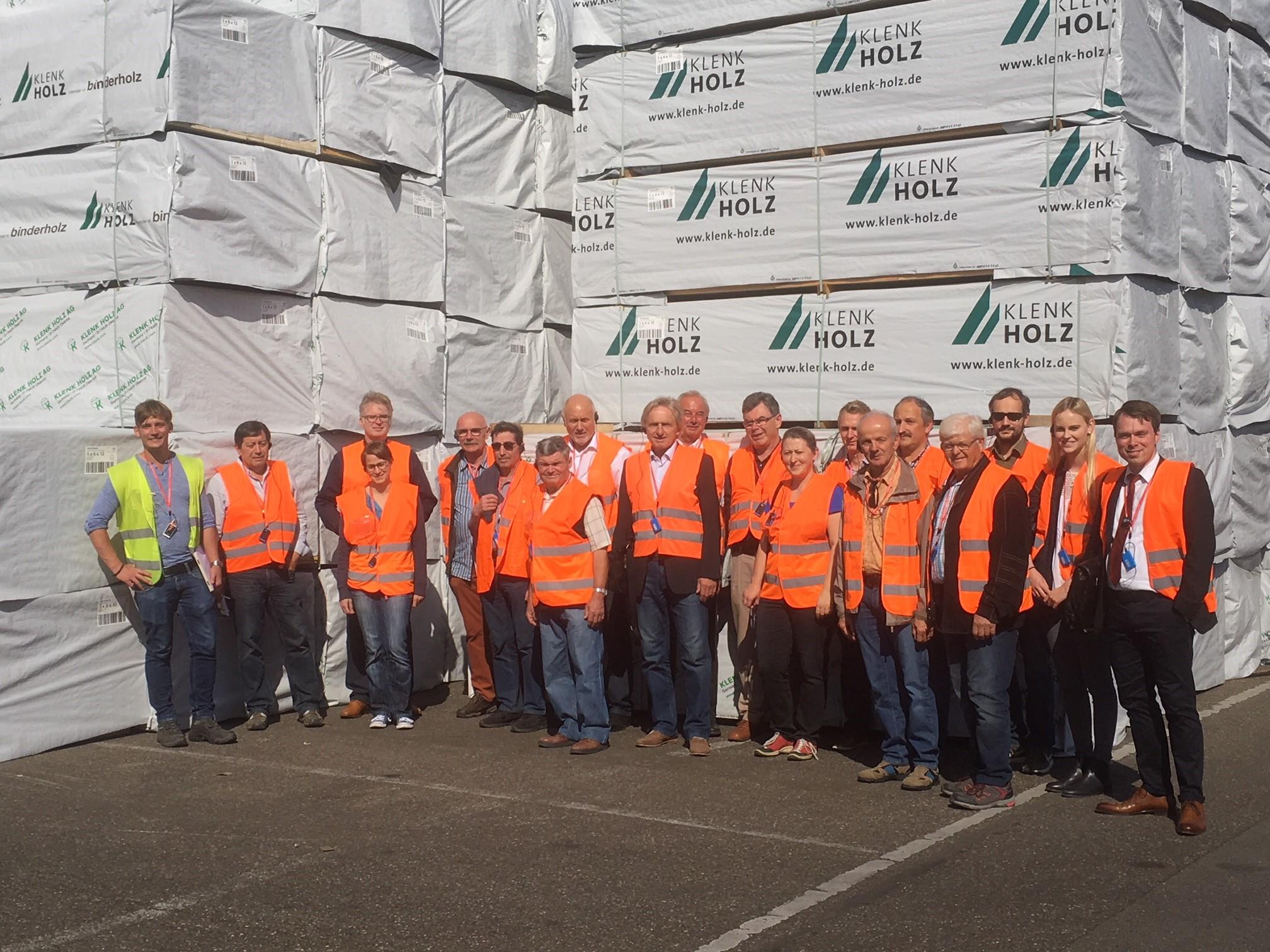 Das Bild zeigt die Teilnehmerinnen und Teilnehmer des letzten Holzbautags 2018 bei der Firmenbesichtigung der Firma Klenk in Oberrot.